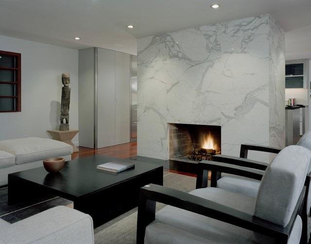 Каминная зона - отличное место для отделки камнем, так как природный материал хорошо отдает и сохраняет тепло. А мрамор - придает интерьеру интеллигентного шика