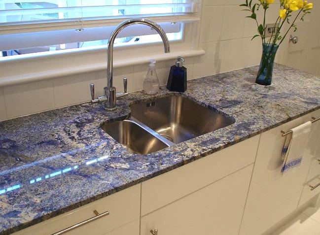 Решение для кухонной столешницы из необычного голубого гранита