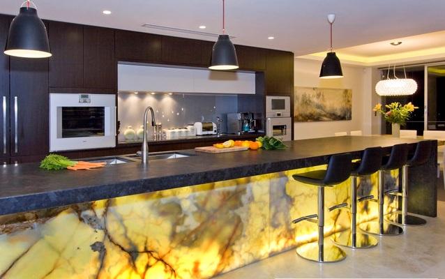 Декоративная отделка кухонного острова ониксом с подсветкой